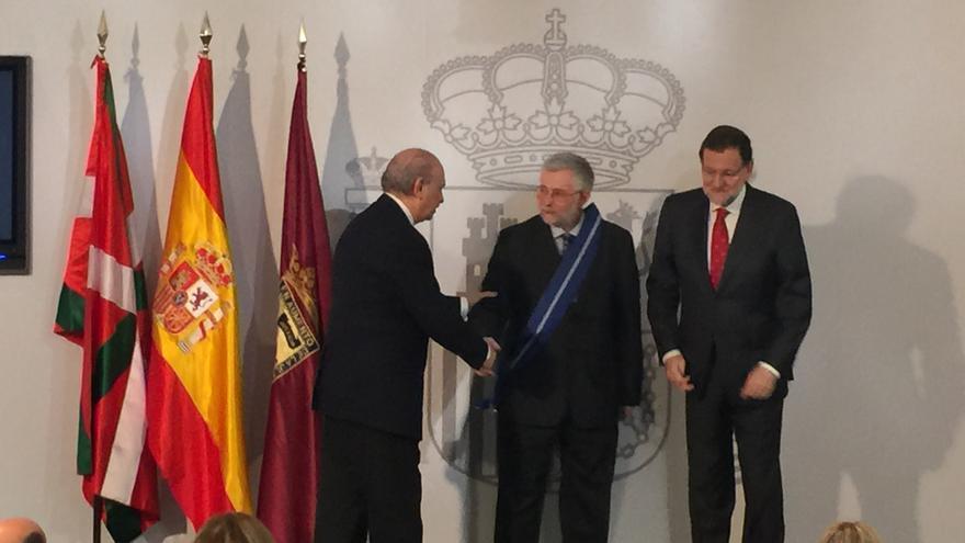 El presidente de la comisión de expertos, el periodista Florencio Domínguez, junto a Rajoy y Fernández Díaz.