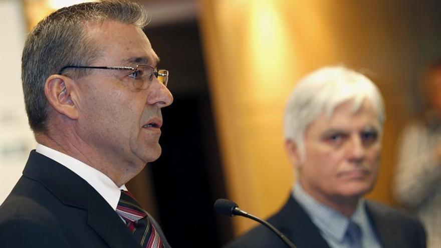 Paulino Rivero y José Miguel Pérez, en el acto institucional contra las prospecciones. (EFE / ELVIRA URQUIJO)