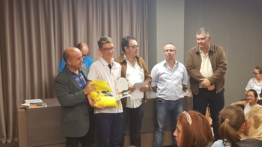 Ángel Luis Cuba, campeón de  Canarias Sub-16, recibiendo el premio.