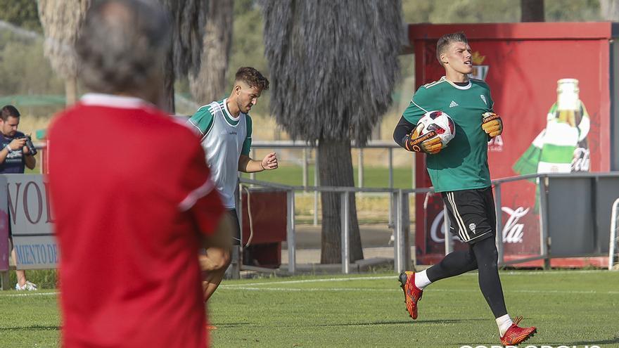 Becerra, en una sesión de entrenamiento del Córdoba | ÁLEX GALLEGOS