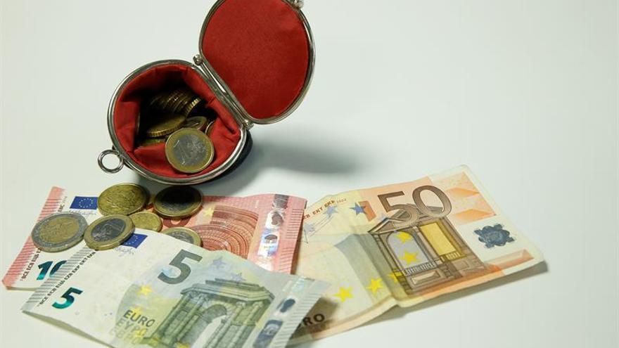 El euro sube a 1,1768 dólares a media jornada