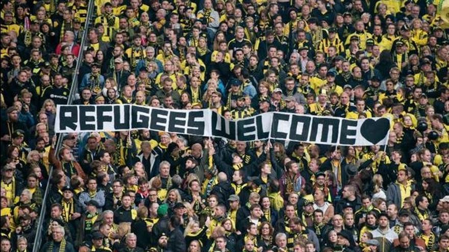 Reivindicaciones de apoyo a los refugiados en estadios de Alemania. / Twitter @markito0171