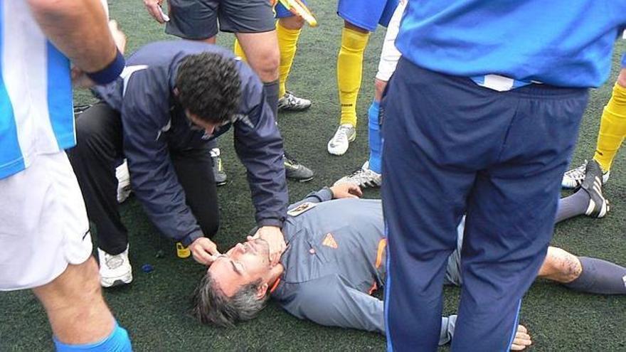 El árbitro algecireño Crespo Sánchez es atendido en 2012 tras ser agredido durante un partido en Nerja (Málaga).