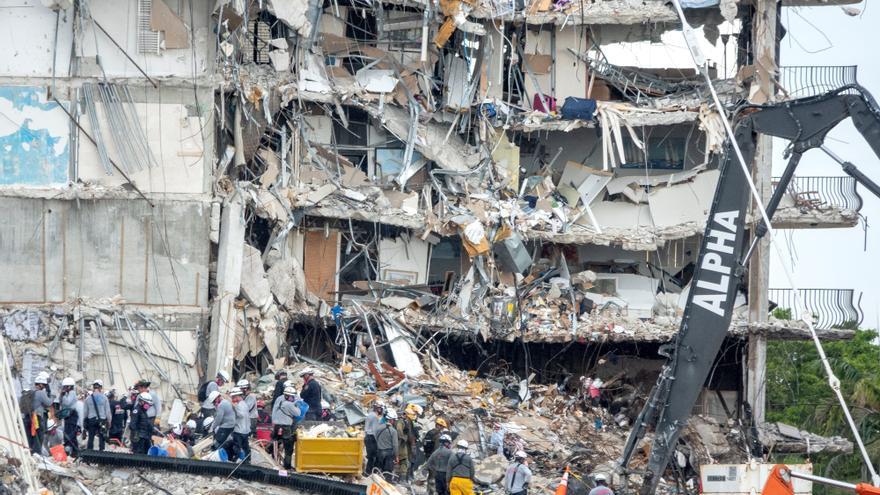 Autoridades extraen 16 cuerpos del edificio colapsado mientras lidian con el mal tiempo