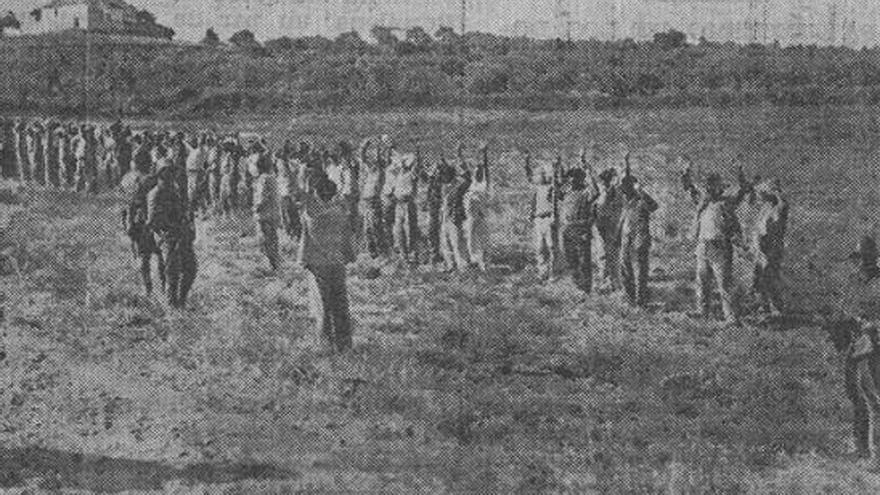 Fotografía de Santos con los presos brazos en alto antes de ser fusilados.