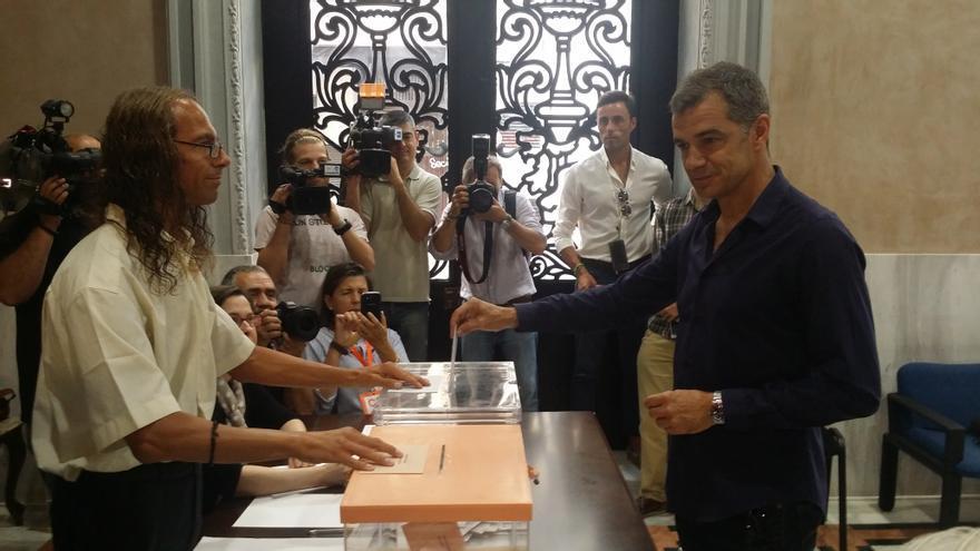 Toni Cantó vota en Valencia en las elecciones generales del 26 de junio.