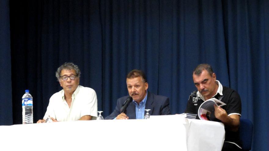 Garrido, Alonso y Lorenzo en la presentación del libro en Fuencaliente.