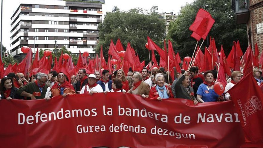 Miles de personas se manifiestan en Pamplona en defensa de la bandera de Navarra