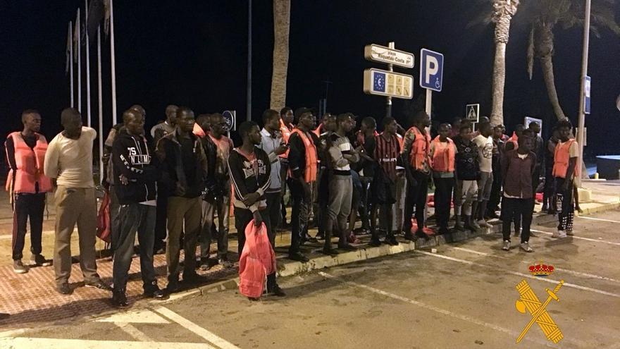 Auxiliados 57 inmigrantes, siete menores, de una embarcación que tocó costa en Roquetas de Mar