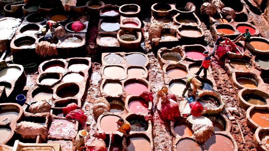 Trabajadores sumergen las pieles en las pozas para su teñido en las curtidurías medievales de Fez. VIAJAR AHORA
