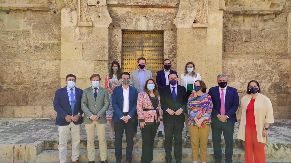 Carmen Crespo (centro), entre el alcalde y el rector, junto al resto de autoridades y promotores de Agrotech, ante la Mezquita de Córdoba. Carmen Crespo (centro), entre el alcalde y el rector, junto al resto de autoridades y promotores de Agrotech, ante la Mezquita-Catedral de Córdoba.