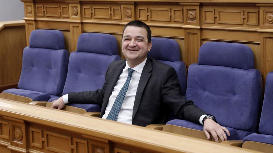 Martínez Arroyo, en la bancada que ocupan los miembros del Gobierno en el Parlamento regional
