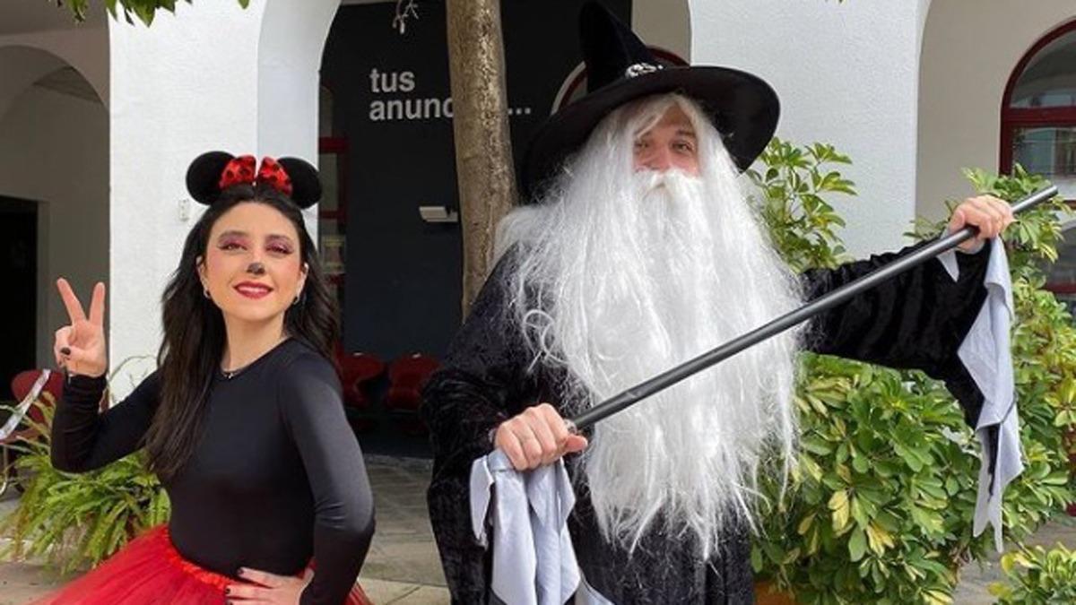 El alcalde, José María Bellido, disfrazado de mago junto a la concejala de Juventud, Cintia Bustos, vestida como Minnie Mouse.