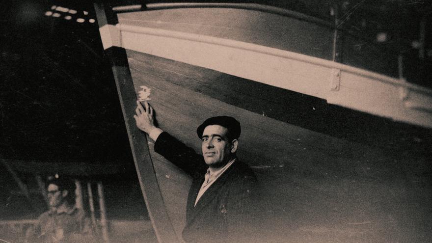 Lezo Urreiztieta con su barco 'Gudari'