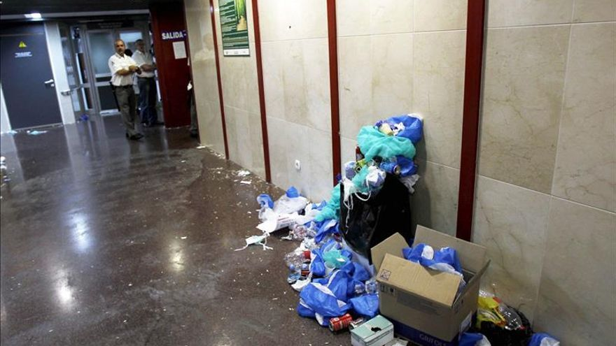 El PE advierte sobre los efectos de reducir personal de limpieza en los hospitales