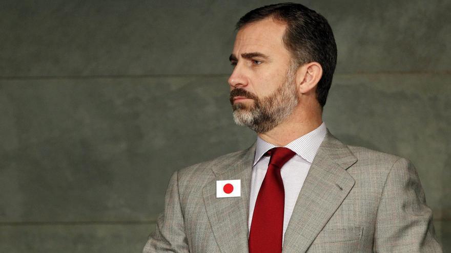 El príncipe en su comparecencia, con su chapa de Japón en la solapa.