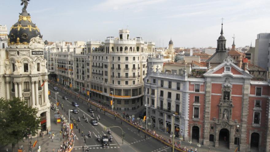 El coche de los reyes, a su llegada a la calle Alcalá tras dejar Gran Vía atrás / GTRES