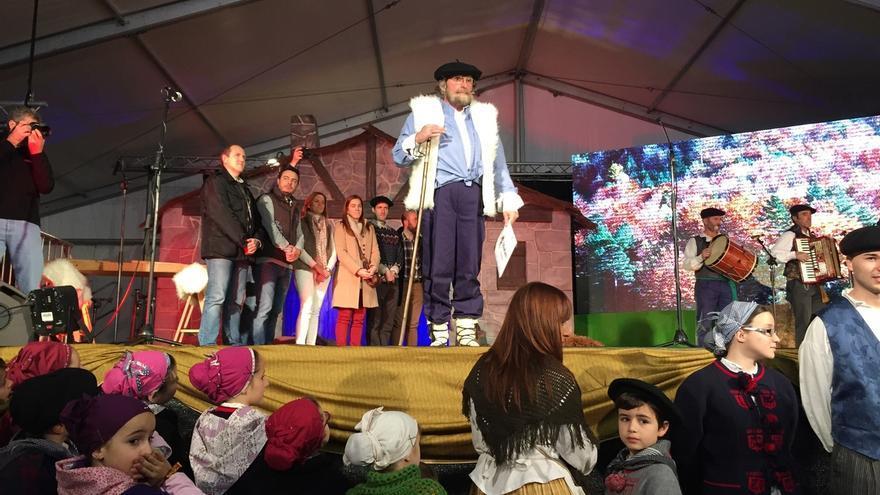 Miles de niños reciben a Olentzero en la carpa instalada en la Herriko Plaza de Barakaldo