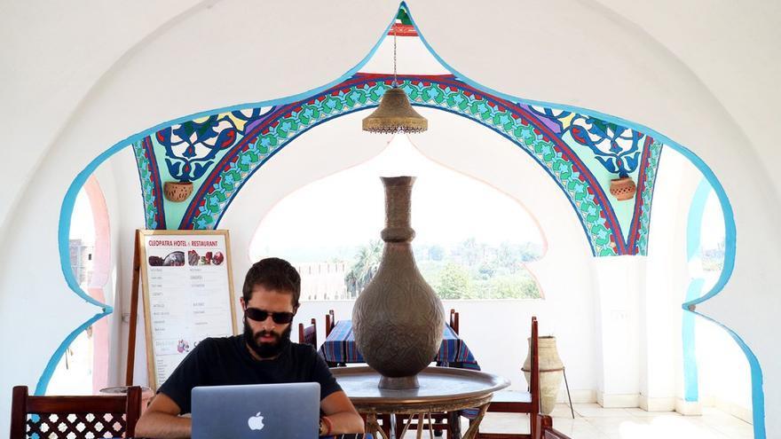 El empresario Antonio G. Trabajando en Luxor, Egipto. (Laura Morales).