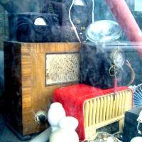 Escaparate de Radio Gorines con un aparato que en 1927 costaba 125 pesetas