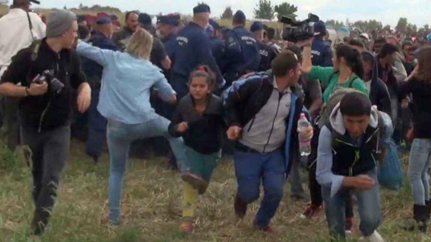 Periodista húngara patea refugiados