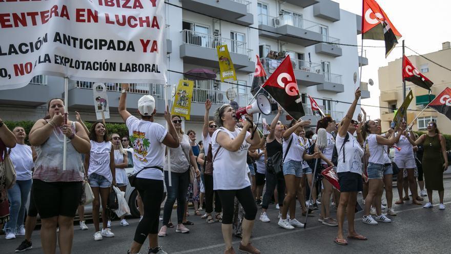 La marcha de las 'kellys' recorre las calles de la localidad turística de Sant Antoni de Portmany