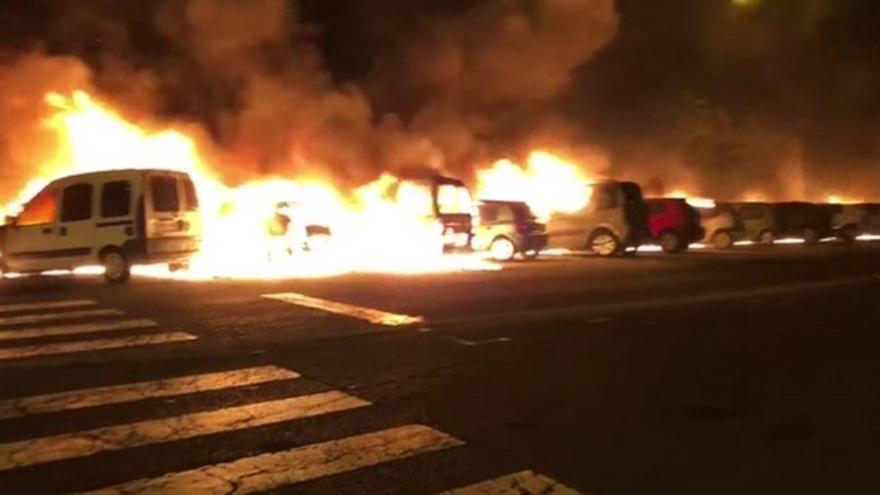 Coches incendiándose en Jinámar
