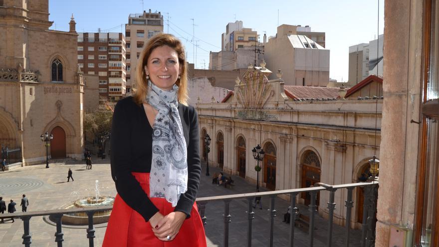 Amparo Marco, alcaldesa de Castellón, en el ventanal de su despacho del Ayuntamiento.