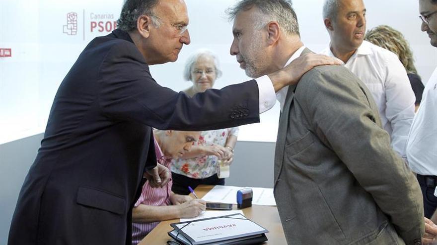 El presidente del Comité organizador de la primarias primarias del PSOE de Canarias, Manuel Fajardo (i), conversa con Ángel Víctor Torres (d),