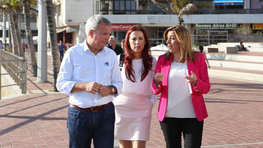El diputado por Las Palmas Sebastián Franquis, la vicepresidenta del Gobierno de Canarias Patricia Hernández junto a la secretaria general de los socialistas andaluces, Susana Díaz. (ALEJANDRO RAMOS)