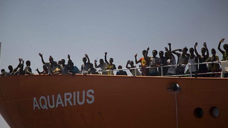Las personas que fueron rescatadas por el 'Aquarius' a bordo de la embarcación. Foto: EFE.
