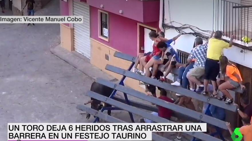Un momento de cuando el toro embiste la barrera en Serra