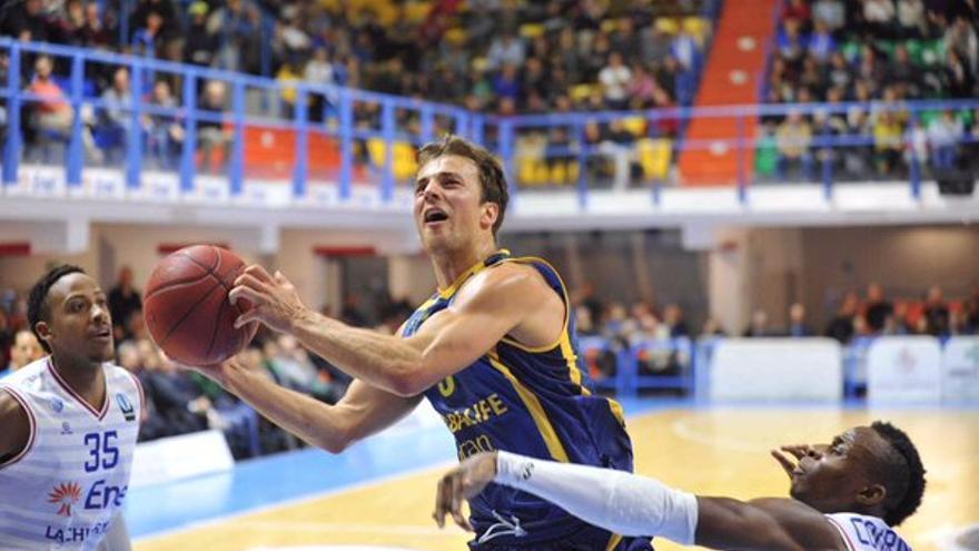 El base Kevin Pangos mantiene la pelota ante el Enel Basket Brindisi italiano. (Twitter oficial del Herbalife Gran Canaria).