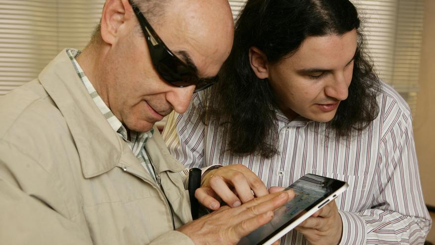 ONCE alerta a personas con discapacidad visual de los peligros y riesgos en las redes sociales