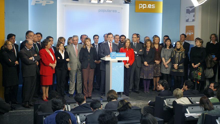 El líder del PP, Mariano Rajoy (c), durante la rueda de prensa que ofreció en febrero de 2009 tras la reunión del Comité Ejecutivo Nacional de su partido convocada con carácter de urgencia para analizar la situación derivada de la investigación del juez Baltasar Garzón en una supuesta trama de corrupción.