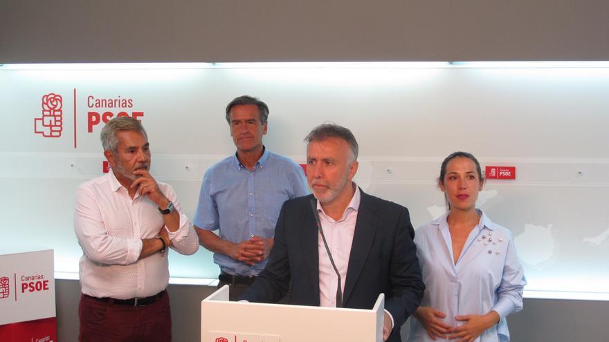 Ángel Víctor Torres (c) junto al presidente de la gestora del PSOE de Canarias, José Miguel Rodríguez Fraga (i), el eurodiputado Juan Fernando López Aguilar (2i) y la parlamentaria Patricia Hernández (d).