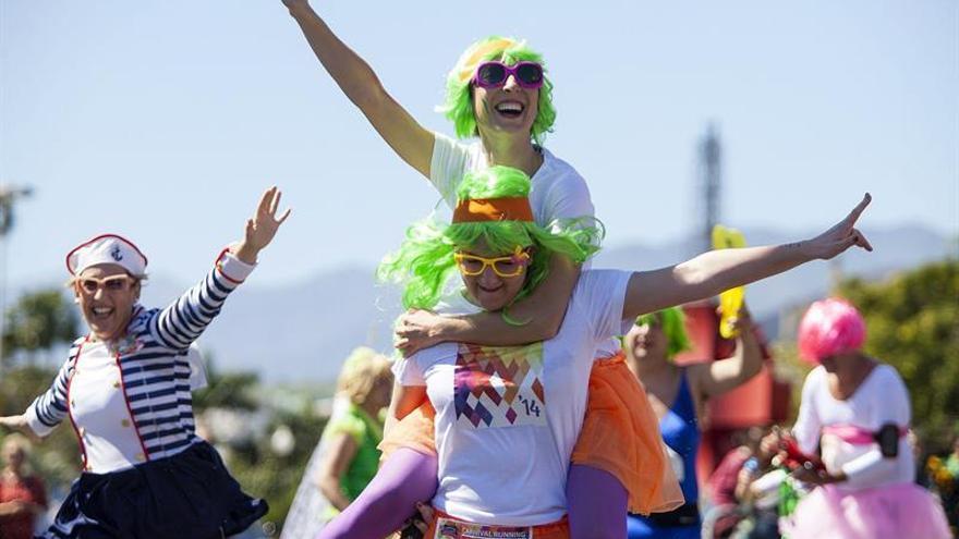 Particpantes de la carrera Carnival Running, en Canarias. / EFE