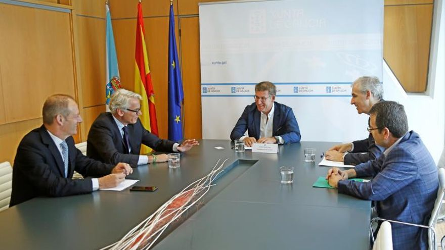El presidente de la Xunta, Alberto Núñez Feijóo (c), durante la reunión que ha mantenido este martes con el presidente de Parter Capital Group, Rüdiger Terhorst (2i), a la que ha asistido también el conselleiro de Industria, Francisco Conde (2d).