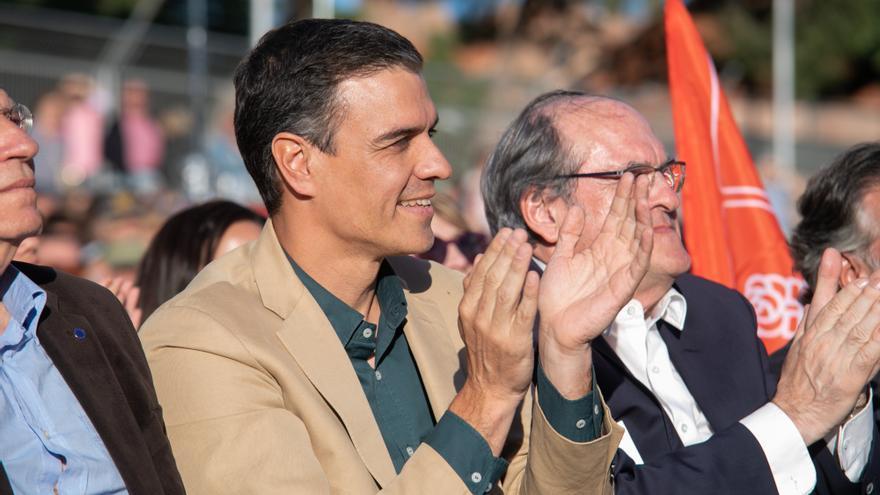 Pedro Sánchez y Ángel Gabilondo en el mitin de cierre de la campaña autonómica.
