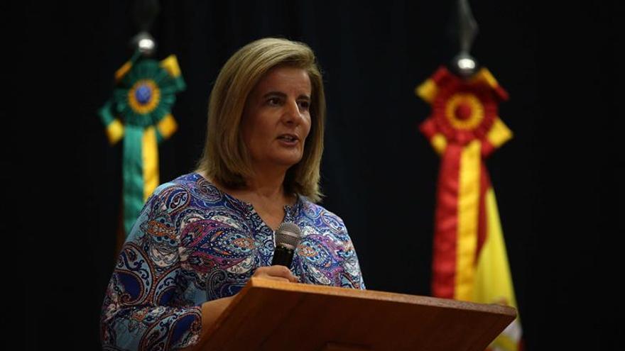 La infanta Elena y la ministra de Empleo reconocen la labor de los emigrantes españoles