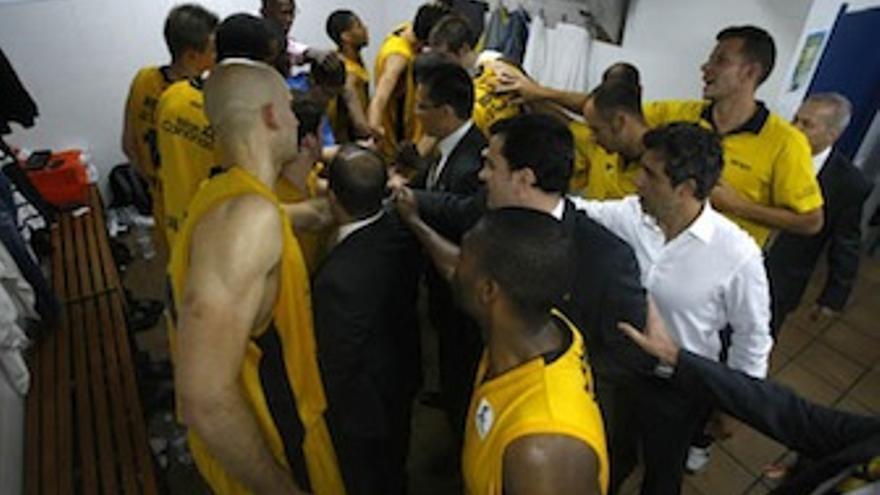 Los jugadores hacen una piña en el vestuario tras lograr el triunfo. (cbgrancanaria.net)