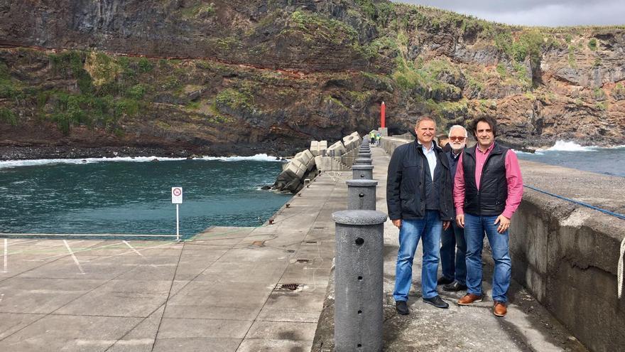Visita del director gerente de Puertos Canarios, Manuel Ortega, la instalación portuaria de Puerto Espíndola, acompañado por el alcalde del municipio palmero de San Ándrés y Sauces, Francisco Paz.
