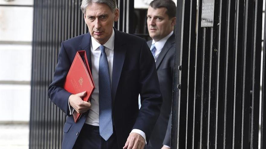 """Hammond considera """"absurdo"""" garantizar los derechos de los comunitarios tras el """"brexit"""""""