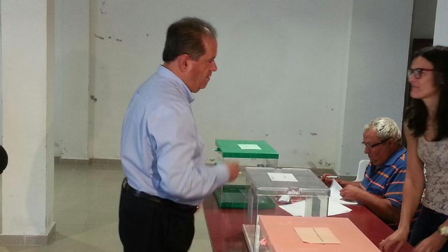 José Luis Perestelo, candidado de CC a la Presidencia del Cabildo ha votado en San Andrés y Sauces.