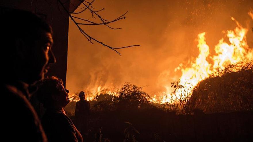 Siguen activos 32 incendios en Galicia, 17 con riesgo para la población