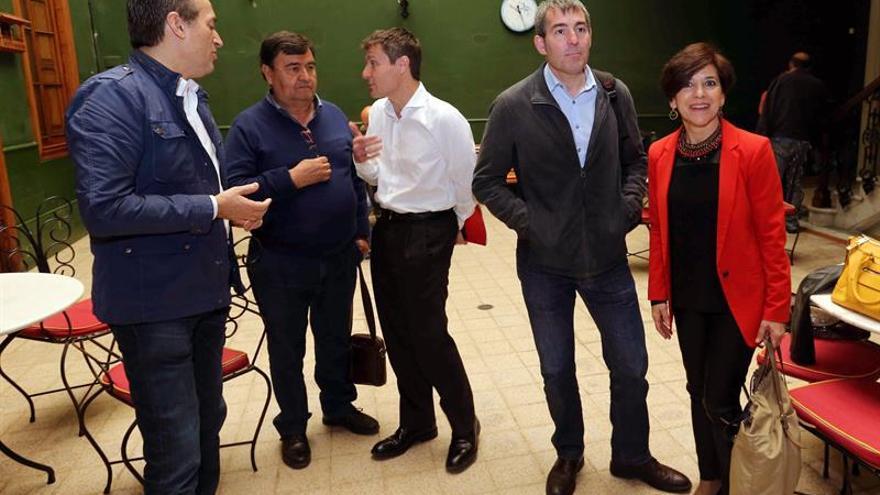 El presidente del Gobierno canario, Fernando Clavijo (2d), y el secretario de Organización de Coalición Canaria, José Miguel Ruano (i) junto al responsable de Acción Exterior del PNV, Mikel Burzako Samper (c) y la eurodiputada Izaskun Bilbao Barandica (d).