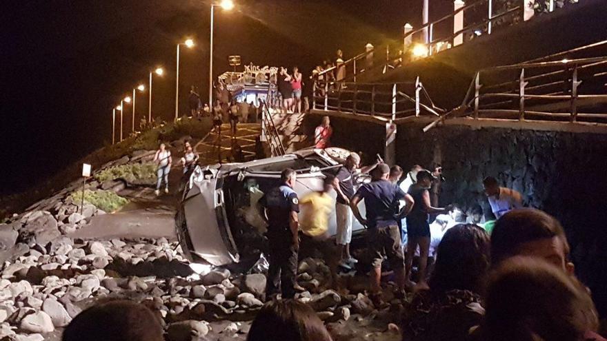 El vehículo de la mujer fallecida, completamente destrozado en la parte seca de la playa
