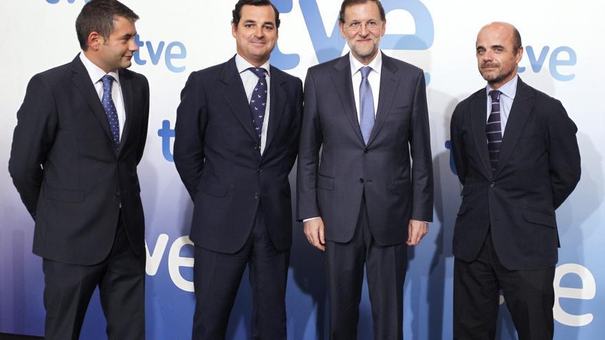 Julio Somoano, director de informativos, y Leopoldo González-Echenique, presidente de RTVE, con Mariano Rajoy