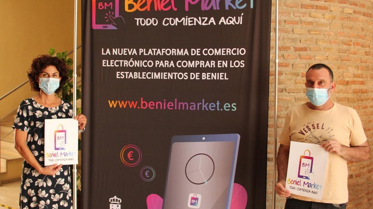 La alcaldesa de Beniel, MªCarmen Morales, junto al concejal de Comercio, Antonio Navarro