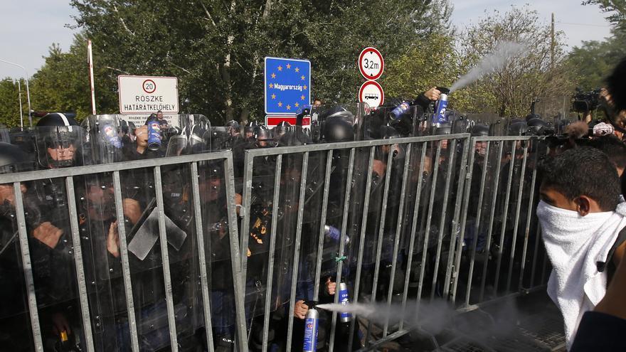 La policía húngara usa gas pimienta contra refugiados en el punto Horgos 2 de la frontera húngara con Serbia, el 16 de septiembre de 2015. /  AP Photo/Darko Vojinovic.